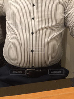 黒いシャツを着た男性の写真・画像素材[1326365]