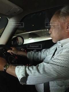 車に坐っていた男の写真・画像素材[1326379]