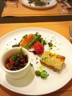 テーブルの上に食べ物のプレートの写真・画像素材[1327762]
