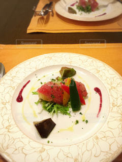 テーブルの上に食べ物のプレートの写真・画像素材[1327763]