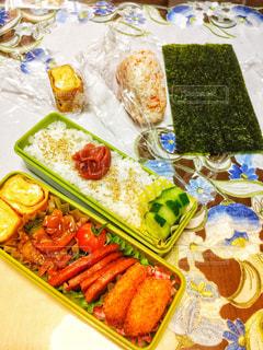 テーブルの上のお弁当の写真・画像素材[1352238]