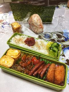 テーブルの上のお弁当の写真・画像素材[1352239]