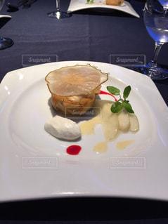テーブルの上に食べ物のプレートの写真・画像素材[1410520]