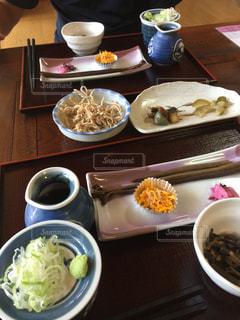 テーブルの上の皿の上の食べ物の写真・画像素材[1414881]