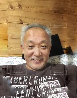 カメラに微笑んで男の写真・画像素材[1442802]
