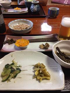 テーブルの上に食べ物のプレートの写真・画像素材[1485053]