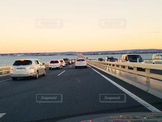 高速道路に車が並んでいます。の写真・画像素材[1706997]