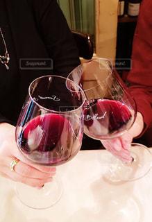 ワインのグラスを持っている人の写真・画像素材[1720038]