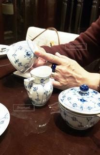 一杯のコーヒーをテーブルに着席した人の写真・画像素材[1723127]