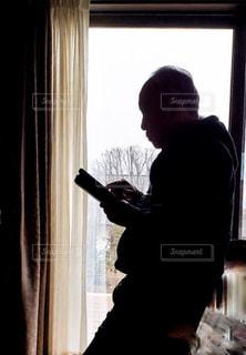 ウィンドウの前に立っている男の写真・画像素材[1780854]