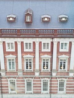 大きなレンガの多くの窓を持つ建物の写真・画像素材[1787772]