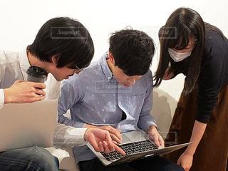 ノート パソコンを見ている人々 のグループの写真・画像素材[1813012]