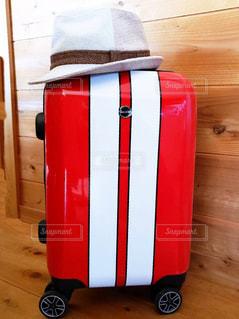 赤のスーツケースの写真・画像素材[1828305]