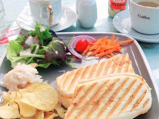 テーブルの上に食べ物のプレートの写真・画像素材[1840923]