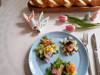 テーブルの上に食べ物のプレートの写真・画像素材[1851270]