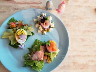 テーブルの上に食べ物のプレートの写真・画像素材[1851271]
