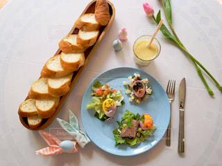 テーブルの上に食べ物のプレートの写真・画像素材[1856198]