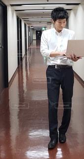 歩きながら仕事をする男性の写真・画像素材[2058135]