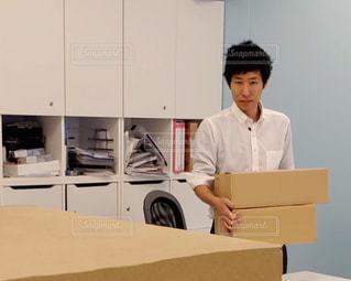 箱を持つ男性の写真・画像素材[2069453]