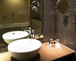 鏡の中の浴槽の写真・画像素材[2166369]