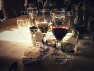 テーブルの上のグラスの写真・画像素材[2283092]
