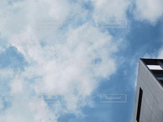 青い曇り空のある大きな建物の写真・画像素材[2406499]