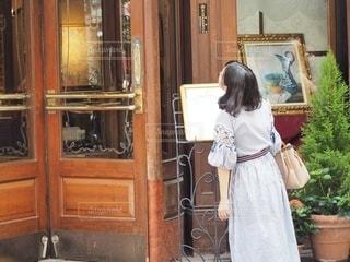 キャビネットの前に立っている人の写真・画像素材[2736734]
