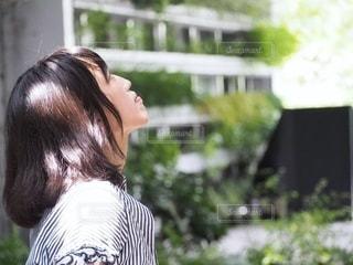 建物の前に立っている人の写真・画像素材[2736736]