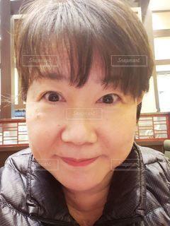 カメラに微笑む女性のクローズアップの写真・画像素材[2855273]
