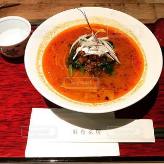 テーブルにある担々麺 - No.962900