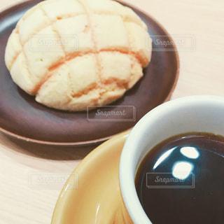 メロンパンとコーヒーの写真・画像素材[1010754]