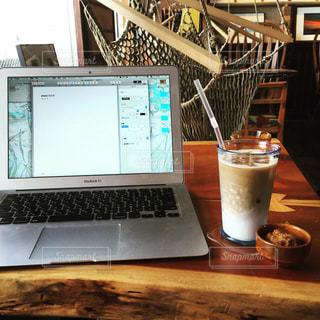 テーブルの上に座ってオープン ラップトップ コンピューター - No.877015