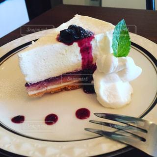 皿の上のケーキの一部の写真・画像素材[877016]