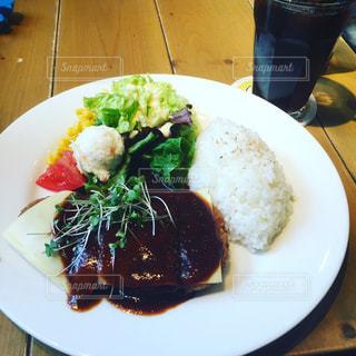 テーブルの上の野菜や肉をトッピング白プレート - No.877018