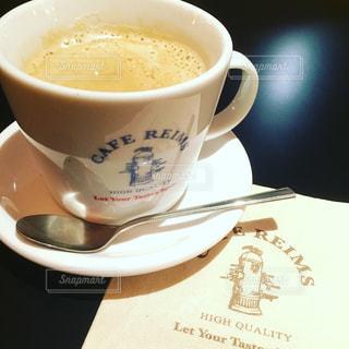 テーブルの上のコーヒー カップ - No.877019