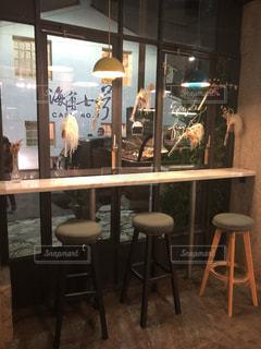 レストランのテーブルに座っている人々 のグループ - No.874469
