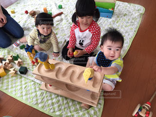 テーブルに座っている小さな子供の写真・画像素材[877831]