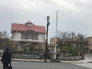 建物の前に立っている男の写真・画像素材[898940]