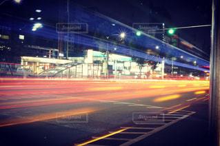 夜の韓国 車が走った軌跡の写真・画像素材[875827]