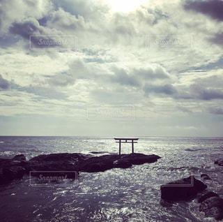 海に輝く鳥居 パワースポットの写真・画像素材[876369]