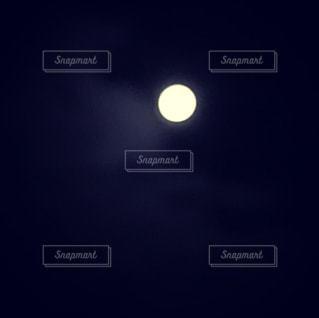 暗闇の中で光る月の写真・画像素材[876370]
