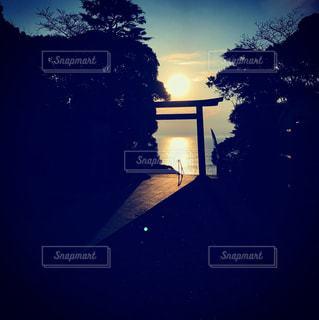 日の出を浴びる鳥居の写真・画像素材[876375]