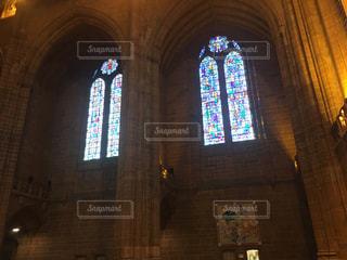 建物の前に紫色の光の写真・画像素材[876796]