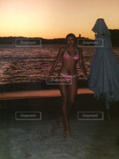 夕方にビキニでビーチの写真・画像素材[878832]