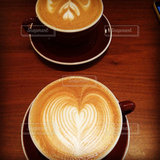 木製テーブルの上のコーヒー カップ - No.878054