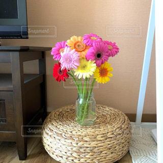 テレビ台の横にお花を飾ってみた🌸の写真・画像素材[1230609]