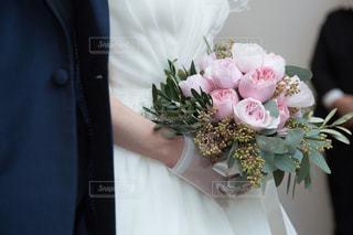 ピンクのブーケを持つ花嫁の写真・画像素材[877526]
