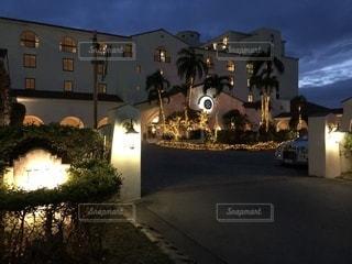 建物は夜ライトアップの写真・画像素材[879711]