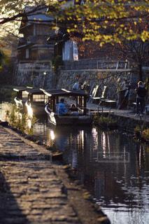 水の体の小さなボートの写真・画像素材[882681]