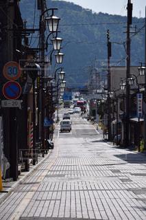 近くに忙しい街の通りのの写真・画像素材[898474]